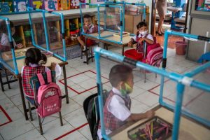 Coronavirus - les écoliers sont isolés dans des boîtes en plastique en Thaïlande4