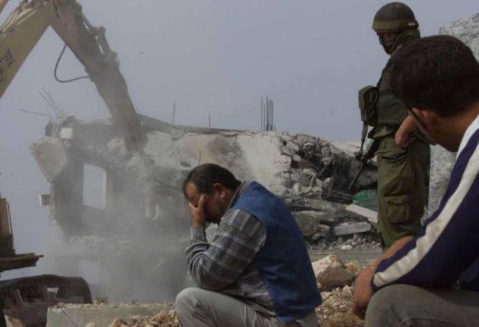 Des soldats israéliens ordonnent aux familles palestiniennes de démolir leur propre maison (1)Des soldats israéliens ordonnent aux familles palestiniennes de démolir leur propre maison (1)