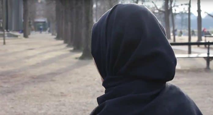 France : une jeune femme voilée dénudée par les policiers pour un