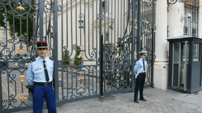 Le chef de protocole du ministère de l'Intérieur piégé dans une affaire scatophile après la publication de vidéos