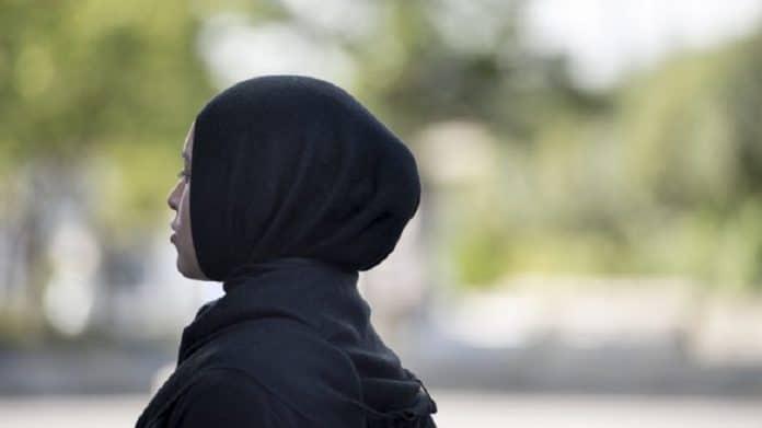 Royaume-Uni : Une femme voilée et sa fille agressées par une passante et ses chiens