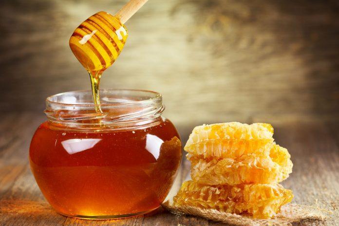 Santé : Une nouvelle étude révèle que face à la toux, le miel est