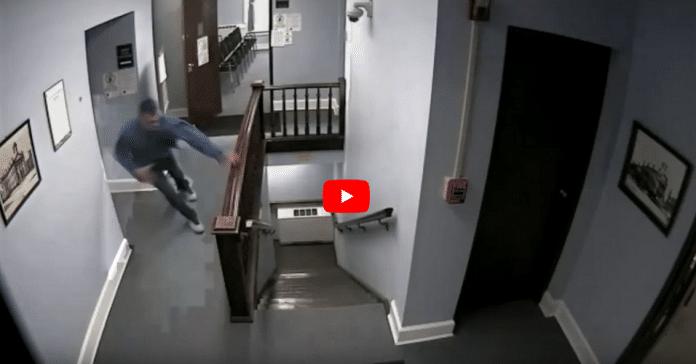 États-Unis : Un condamné s'enfuit du tribunal de façon spectaculaire - VIDÉO