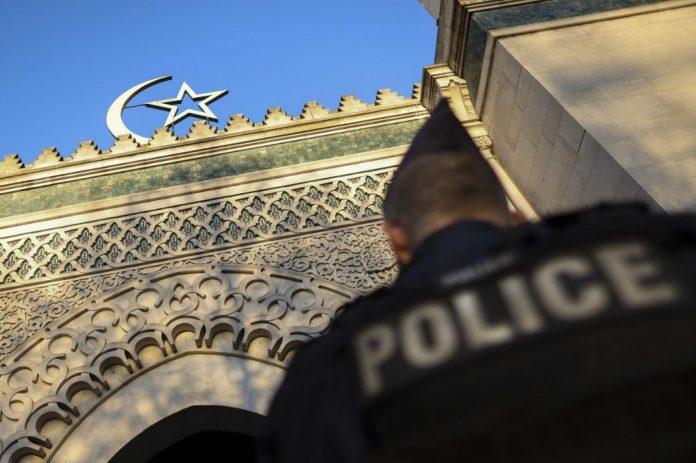 Des policiers exploitent un sans-papiers pour s'infiltrer dans les mosquées et obtenir des informations