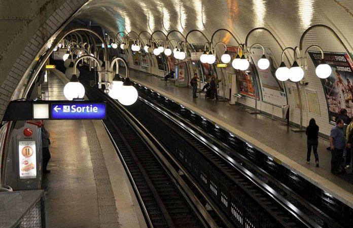 Gare de Lyon - un jeune homme verbalisé pour avoir baissé son masque et mangé son Kinder Bueno