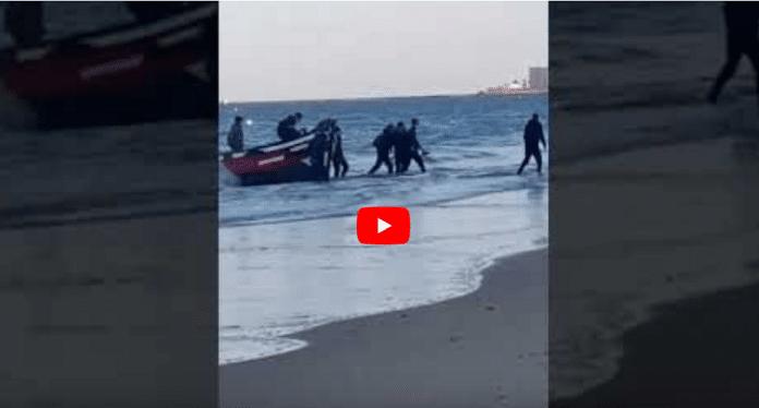 Immigration : Des clandestins marocains se prosternent à leur arrivée en Espagne - VIDÉO