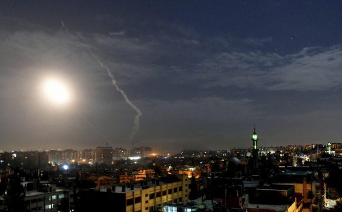Israël lance une lourde attaque contre le sud de Damas depuis la frontière libanaise