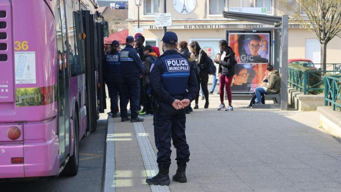 Orly - un adolescent kidnappé dans un bus par une vingtaine de personnes