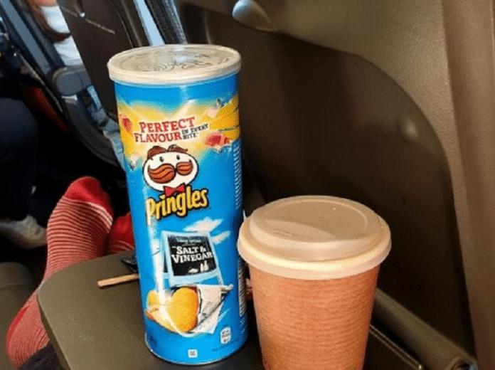 Pour éviter de porter un masque dans l'avion, il mange des Pringles pendant 4 heures