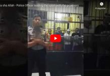 Un officier de police mène la prière devant des prisonniers en cellule - VIDEO