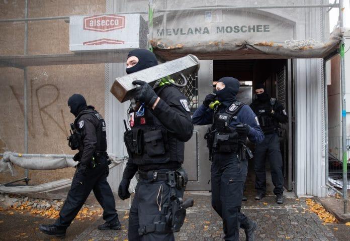 Berlin - 100 policiers font une descente dans une mosquée pendant la prière, Erdogan réagit
