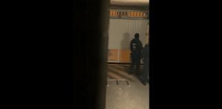 Des policiers entrent dans un parking par effraction et vandalisent un véhicule volontairement - VIDEO
