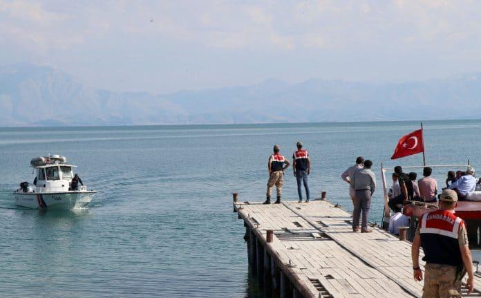La marine turque sauve des migrants que les militaires grecs ont tenté de noyer - VIDEO