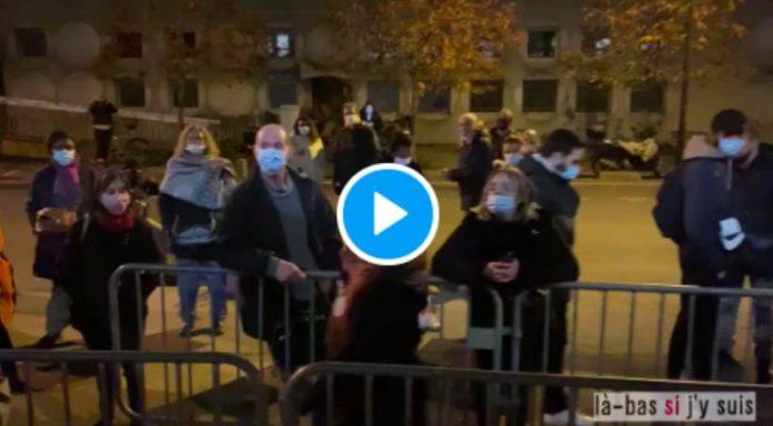 La police gaze des mamans venues désigner un avocat pour leurs enfants lycéens devant le commissariat - VIDEO