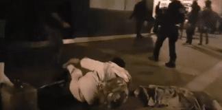 Un policier fait un croche-pied à un migrant lors de son évacuation brutale - VIDEO