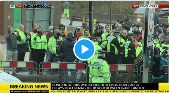 Bagarre générale entre des chauffeurs français et la police britannique - VIDEO