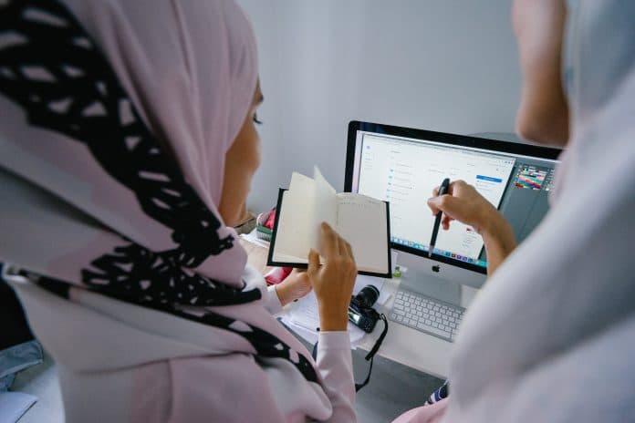 De nombreuses femmes musulmanes voilées quittent la France pour travailler à l'étranger