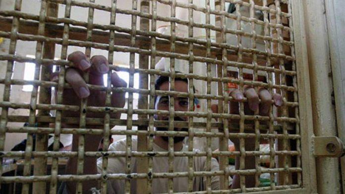 Des gardiens de prison israéliens forcent un prisonnier palestinien à déféquer dans une couche pour ne pas lui retirer ses chaînes