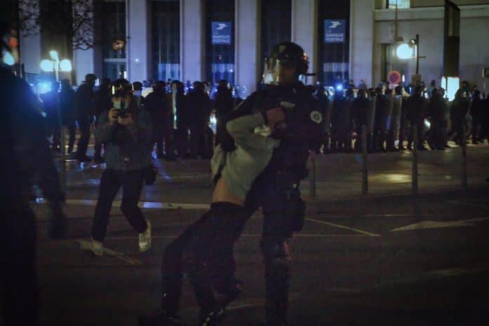 Lyon - la police interpelle violemment un mineur de 12 ans et le menotte - VIDEO