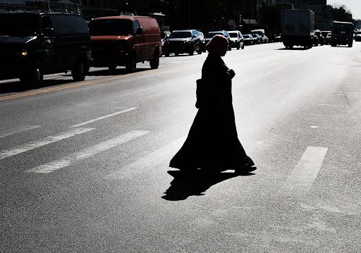 « Elle a déchiré mon jilbeb et m'a craché en pleine figure ! » - Houria 22 ans, dénonce son agression islamophobe - VIDEO