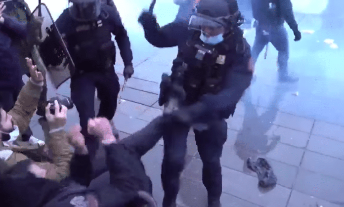«Sécurité Globale» un commissaire s'acharne violemment avec sa matraque sur un manifestant - VIDEO