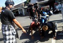 A Bali, la police impose une punition physique aux touristes sans masque - VIDEO2