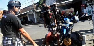 A Bali, la police impose une punition physique aux touristes sans masque - VIDEO2