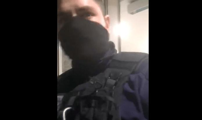 Contrôle aux faciès des CRS interdisent l'accès d'un supermarché Auchan aux migrants - VIDEO