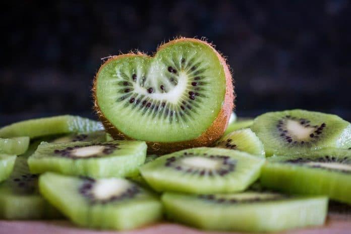 Découvrez les 7 bienfaits étonnants du kiwi, un aliment santé à adopter