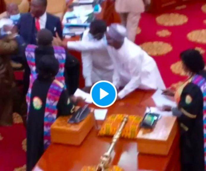 Ghana une bagarre entre députés éclate au Parlement, l'armée appelée en renfort - VIDEO