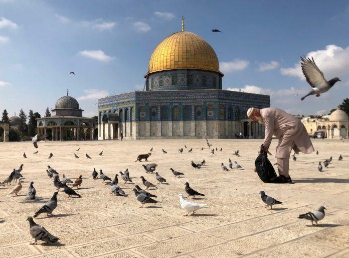 Hajj Ghassan Younes, le célèbre Palestinien qui nourrissait les animaux de la mosquée al-Aqsa est décédé