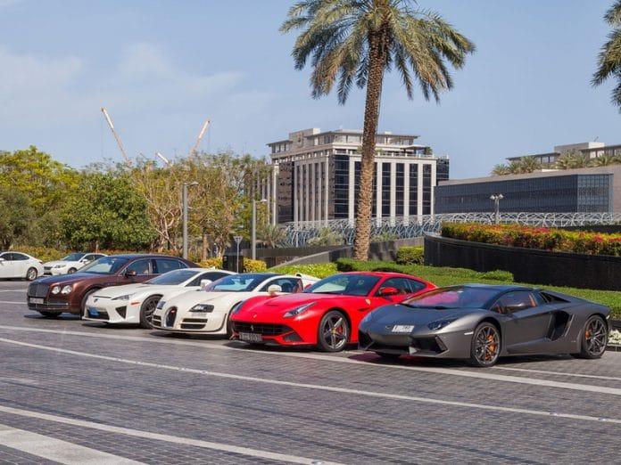 La banque de Dubaï propose des voitures et des montres de luxe pour inciter les clients à économiser