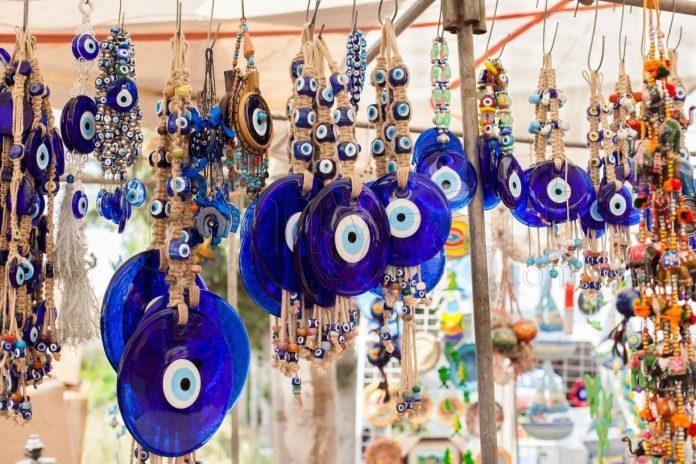 Les savants turcs condamnent l'utilisation des célèbres amulettes bleues contre «le mauvais oeil»