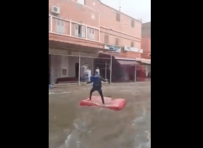 Maroc un homme surfe sur un matelas dans les rues de Casablanca complètement inondées - VIDEO
