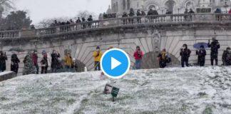 Neige à Paris : des vidéos insolites de skieurs sur les allées de Montmartre