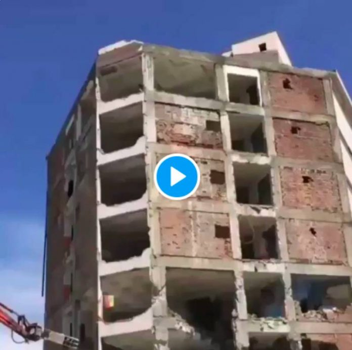 Turquie les images impressionnantes d'un immeuble qui s'effondre au son des klaxons de voitures - VIDEO