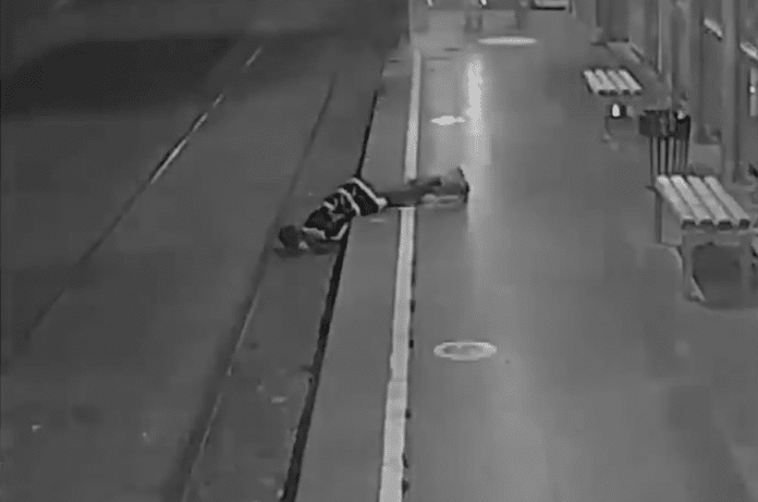 Turquie une femme perd connaissance sur les rails quelques secondes avant l'arrivée d'un train - VIDEO