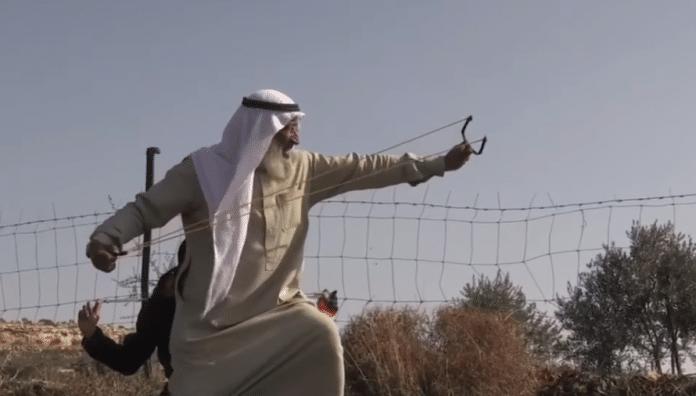 Un Palestinien âgé affronte les forces israéliennes avec un lance-pierre - VIDEO