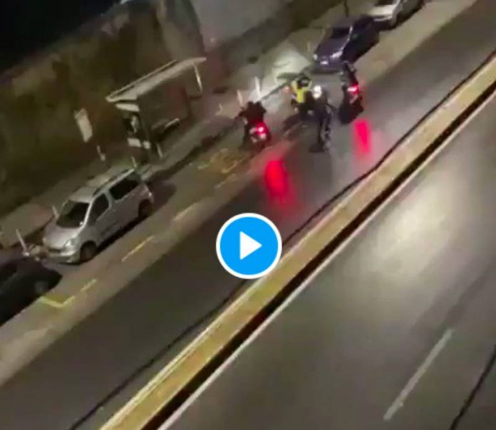 Un livreur tabassé se fait voler son scooter par une bande de voyous - VIDEO