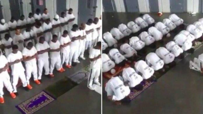 Etats-Unis des prisonniers accomplissent la prière en congrégation