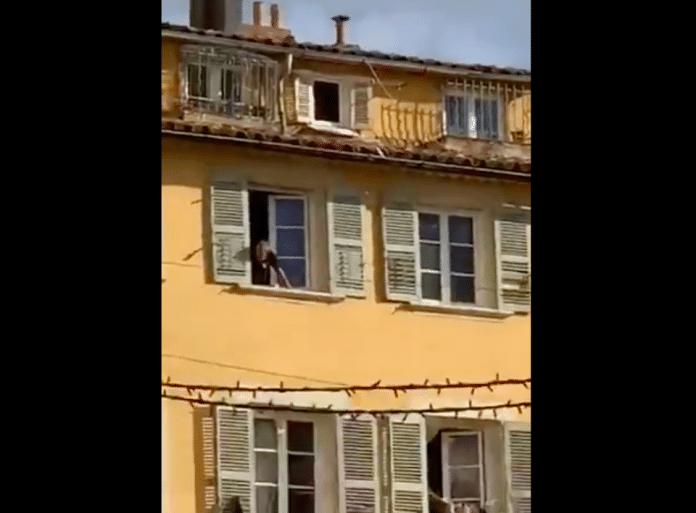 Toulon un homme ensanglanté jette une tête décapitée par sa fenêtre, le RAID est sur place - VIDEO
