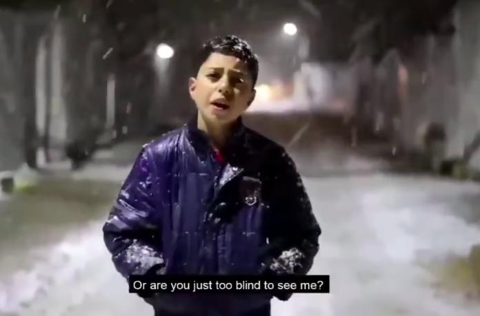 «Je n'ai plus de larmes dans mes yeux. Où êtes-vous ?» un garçon syrien réclame l'aide de la communauté dans un froid glacial - VIDEO