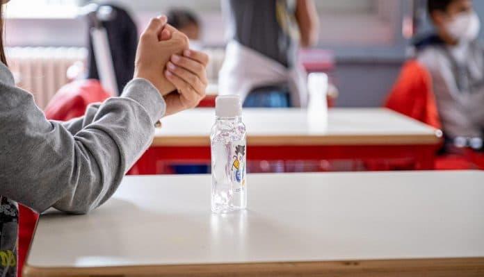 «Les élèves musulmans refusent le gel hydroalcoolique, car il rend impur» - un faux professeur menacé piège Valeurs Actuelles