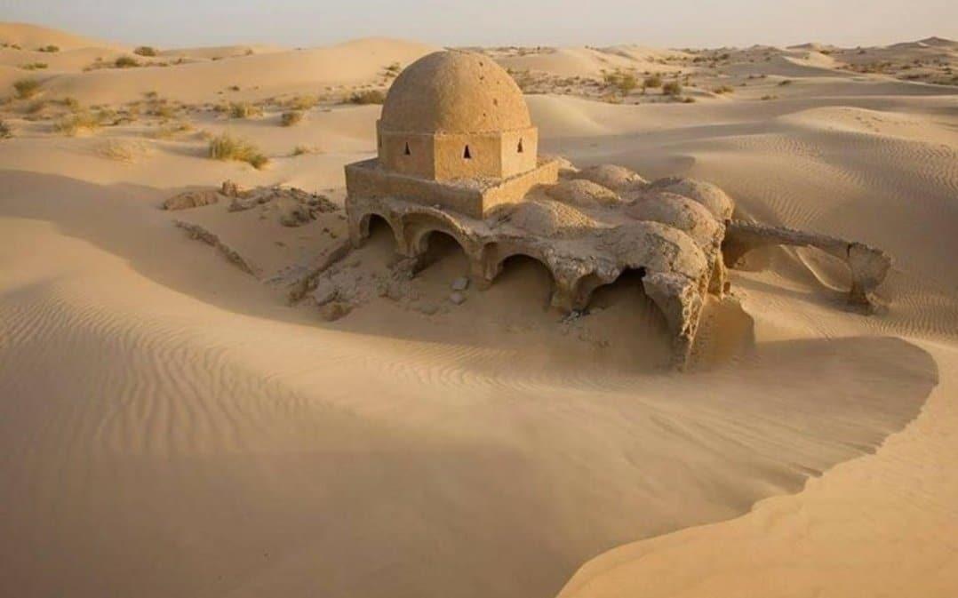 Algérie - une forte tempête de sable révèle une mosquée dans le désert datant du Vie siècle de l'Hégire