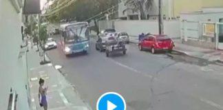 Brésil un voleur pourchassé par les citoyens se fait tabasser en place publique - VIDEO