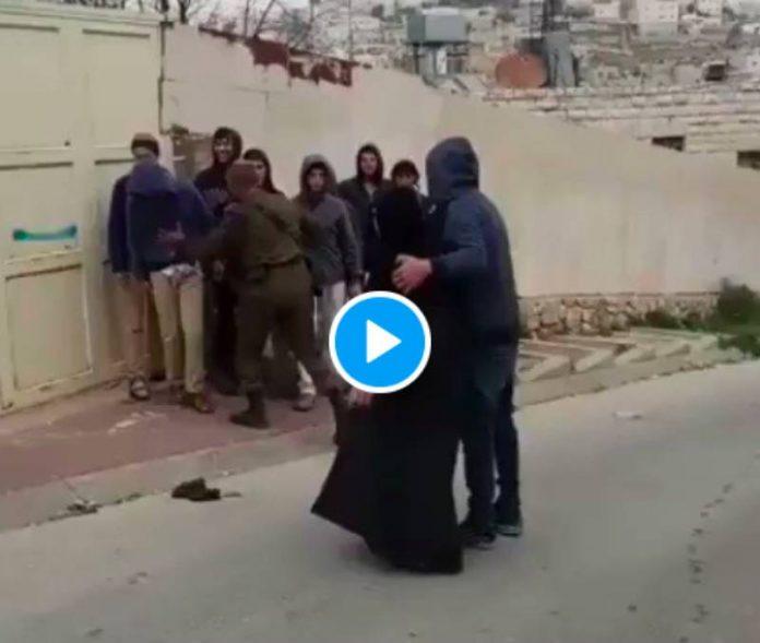 Hébron un palestinien et sa mère agressés par de jeunes colons juste pour s'amuser - VIDEO
