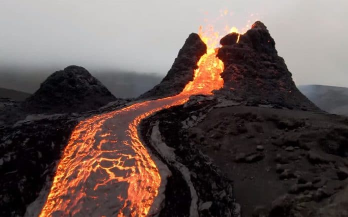 Islande - les images impressionnantes d'un volcan en éruption - VIDEO