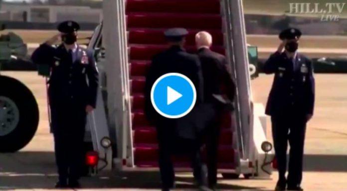 Joe Biden tombe à trois reprises dans les escaliers d'Air Force One - VIDEO