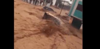 Maroc des torrents dévastateurs emportent des voitures et des habitants - VIDEO