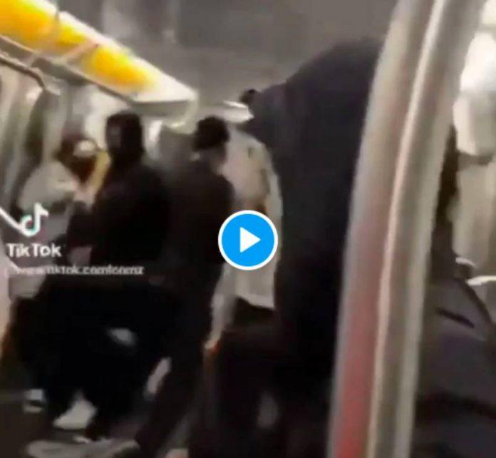 New-York un individu tabasse puis étrangle un homme asiatique jusqu'à ce qu'il perde connaissance - VIDEO